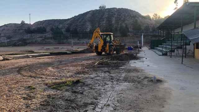 Arrancan las obras en el campo de fútbol de Santa Bárbara de Toledo, arrasado por la DANA