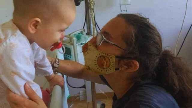 Sandra Arjona y un pequeño hospitalizado.