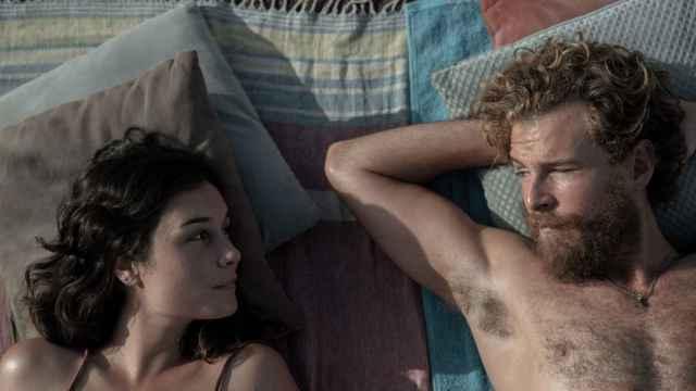 Hablamos con Nadia de Santiago y Álvaro Cervantes sobre 'El tiempo que te doy', uno de los estrenos de series de Netflix más prometedores del año.