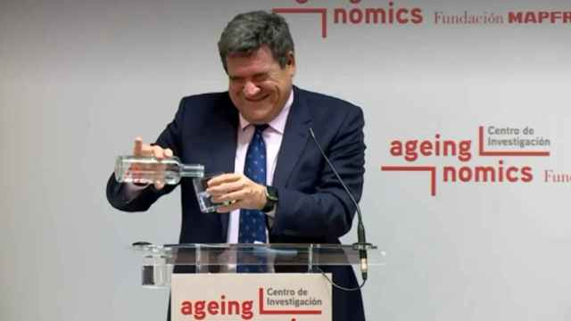 La genial metedura de pata del ministro Escrivá con una botella y un atril: Ah, esto no es un...