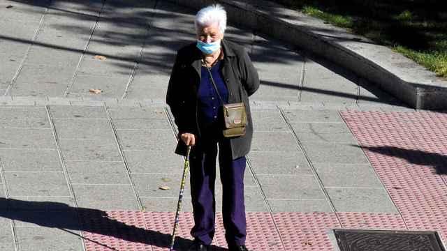 Persona mayor con mascarilla en Zamora.jpg