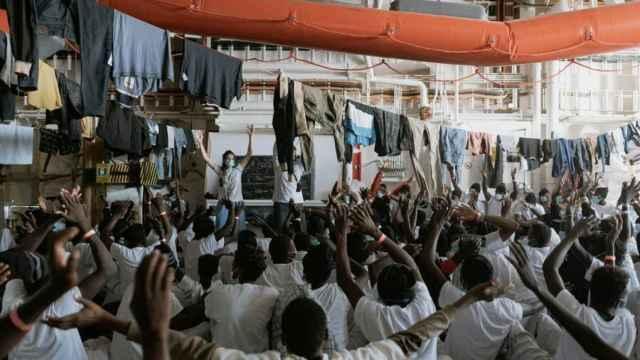 El barco lleno de migrantes.