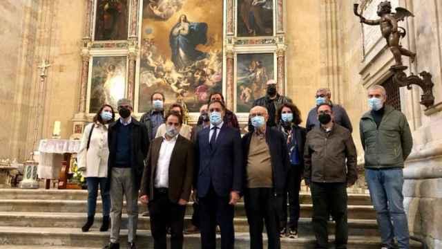 El alcalde y los promotores de la nueva edición de 'Las Llaves de la Ciudad' posan en la iglesia de la Purísima