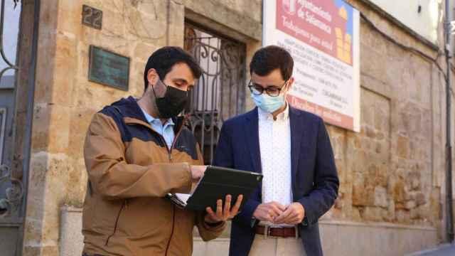 Los concejales socialistas Álvaro Antolín y José Luis Mateos comparecen ante los periodistas delante de la Fonda Veracruz
