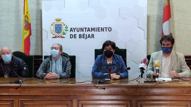 Antonio Cámara (i), la alcadesa de Béjar, Elena Martín, y Teresa Martín