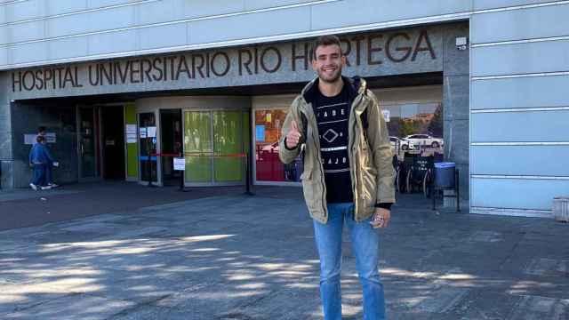 Jorge Ángel a las puertas del Hospital Río Hortega