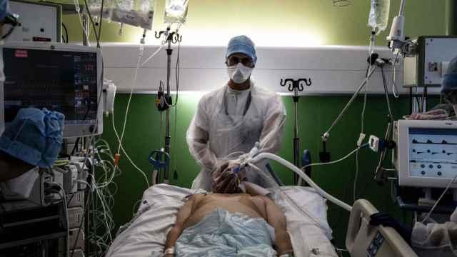 Un médico atiende a un paciente de Covid en la UCI del hospital de Lyon sur, Francia. Jeff Pachoud/AFP/dpa.