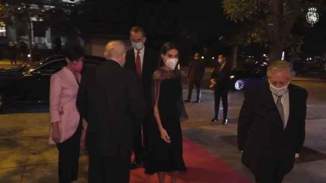 La reina Letizia triunfa apostando todo el negro