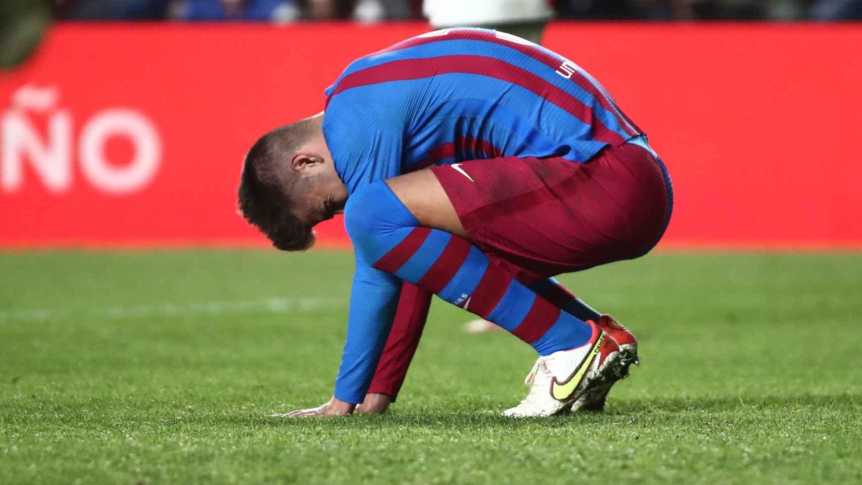 Gerard Piqué, triste tras la derrota del Barça en Vallecas