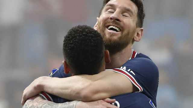 Abrazo entre Neymar y Messi, en un partido del PSG