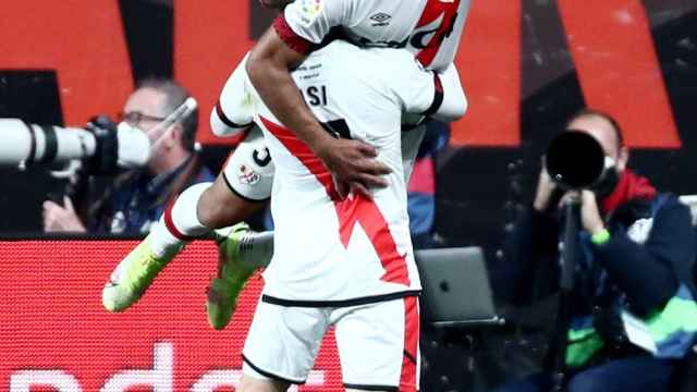 Radamel Falcao celebra su gol con el Rayo Vallecano al Barça