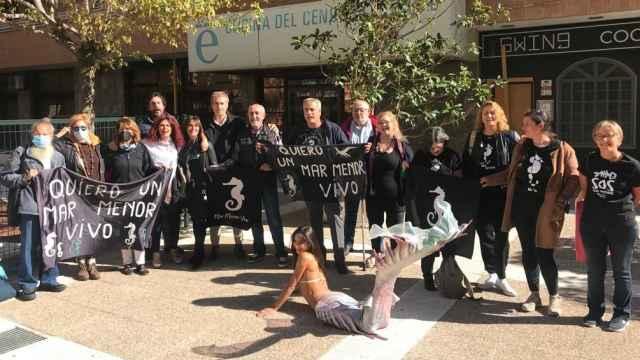 Imagen distribuida por la Plataforma ILP, este miércoles, entregando las firmas por el Mar Menor en Madrid.