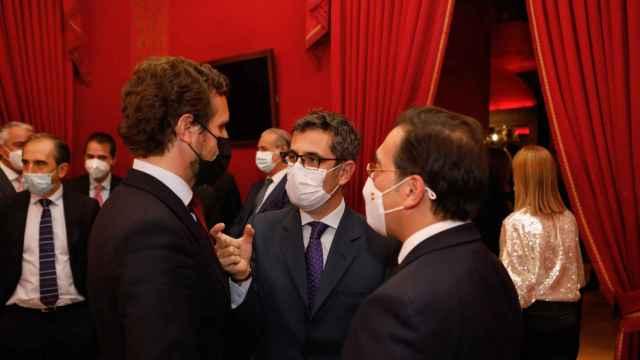 Pablo Casado, presidente del PP, charla con los ministros Félix Bolaños y José Manuel Albares, en la gala del 6º aniversario de EL ESPAÑOL.
