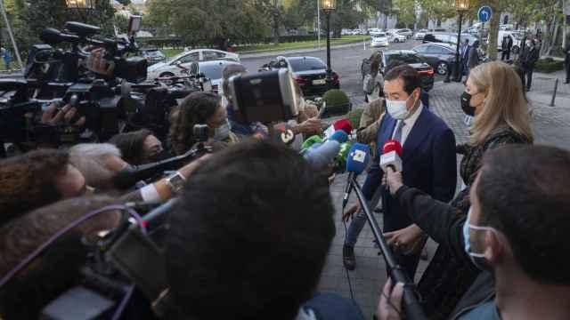 Antonio Garamendi, presidente de la CEOE, atendiendo a los medios de comunicación.