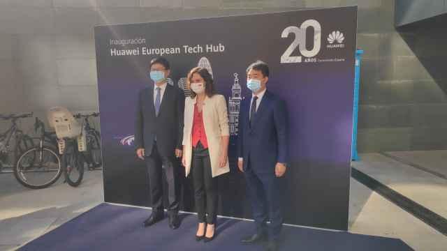 El presidente de Huawei Europa (WEU), Li Peng; la presidenta de la Comunidad de Madrid, Isabel Díaz Ayuso; y el CEO de Huawei España, Eric Li.