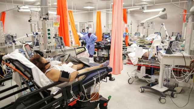 Enfermos de coronavirus esperan a ser atendidos en un hospital de Bucarest al borde del colapso.