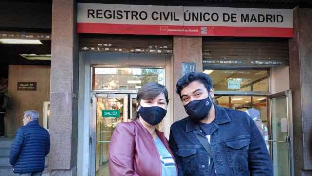 Emmanuel y Gina frente a registro civil, tras tramitar los papeles de su matrimonio.