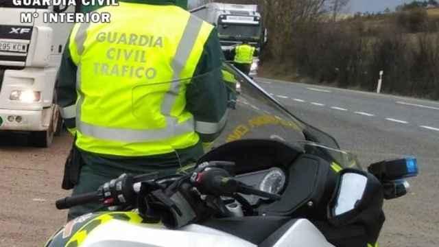 Imagen de un control rutinario de la Guardia Civil