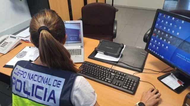 Imagen de una agente del Cuerpo Nacional de Policía en su despacho