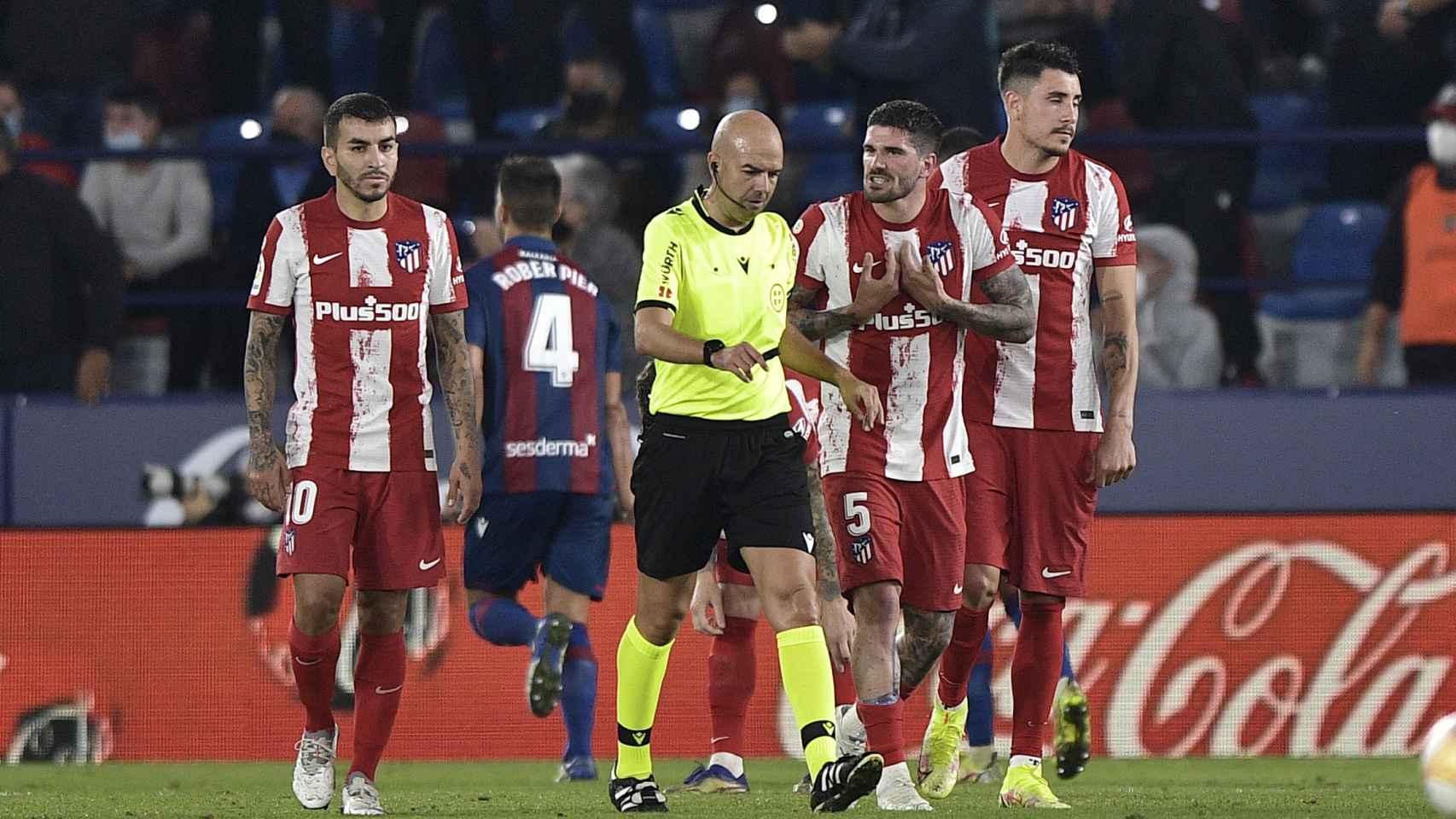 Los jugadores del Atlético protestan al árbitro