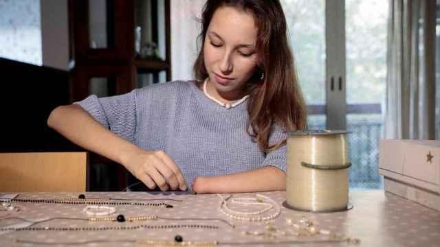 Ana María Ortiz, elaborando joyas.