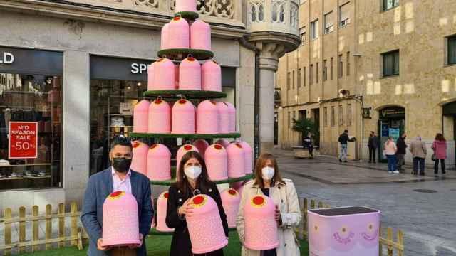 Árbol formado por miniglús rosas diseñados por Agatha Ruiz de la Prada