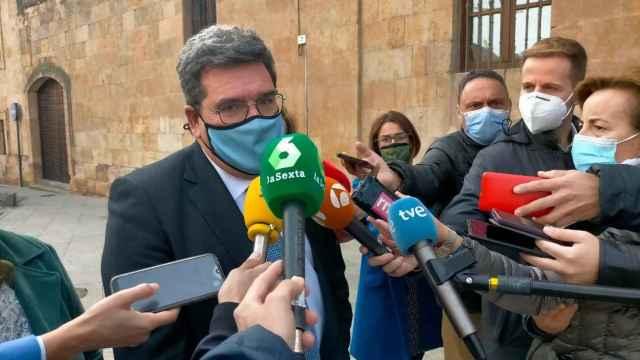 El ministro José Luis Escrivá atiende a los periodistas antes de visitar las dependencias de ONG Salamanca Acoge