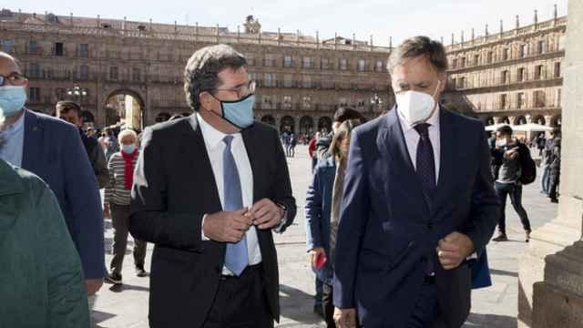 El ministro, acompañado por el alcalde Carlos García Carbayo durante su recorrido por la Plaza Mayor