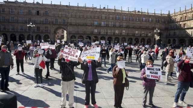 Un momento del acto reivindicativo organizado por Cáritas en la Plaza Mayor
