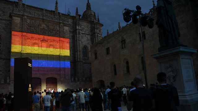 Los colores LGTBI iluminan la fachada del Edificio Histórico de la USAL