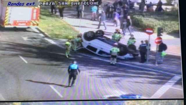 Imagen del vehículo volcado