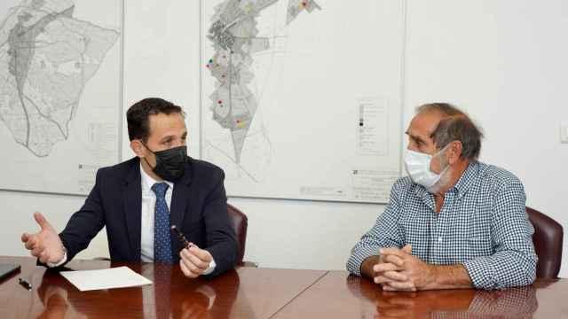 Conrado Íscar durante el encuentro con el alcalde de Villanueva de Duero