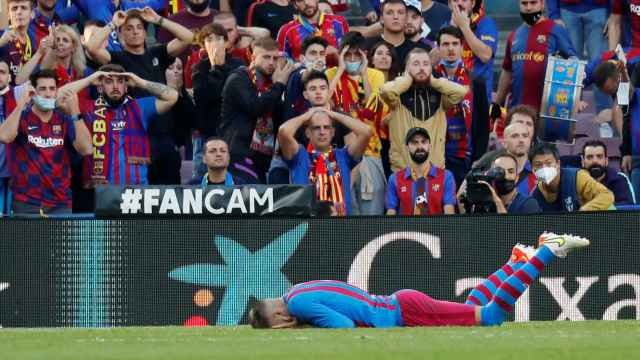 Piqué, tendido en el césped ante la mirada de los aficionados del Camp Nou