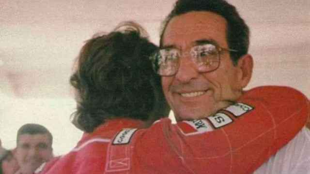Milton, padre de Ayrton Senna. abrazando a su hijo