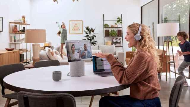 Imagen de recurso de una mujer teletrabajando gracias a herramientas de videoconferencia.