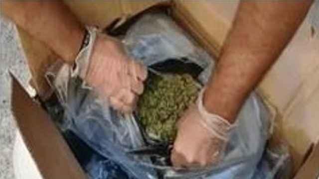 La Policía Nacional detiene a dos personas tras interceptar un vehículo con 40 kilos de marihuana.